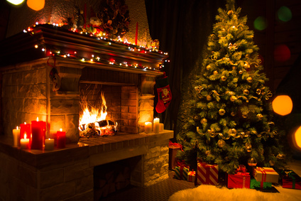 Sapin de Noël avec cadeaux près d'une cheminée