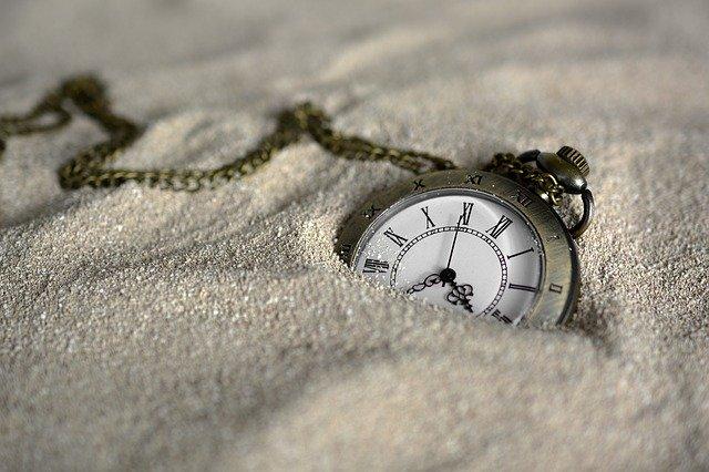 Montre de poche dans le sable